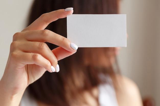 Frau mit visitenkarte in der hand hautnah