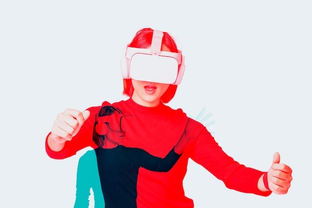 Frau mit vr-headset-smart-technologie im doppelten farbbelichtungseffekt