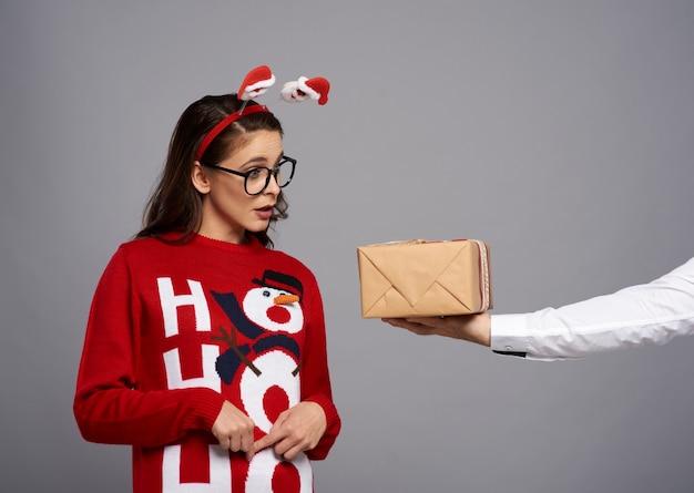 Frau mit weihnachtsgeschenk und lustigem gesicht
