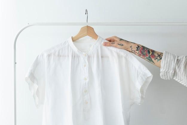 Frau mit weißem hemd in einem studio