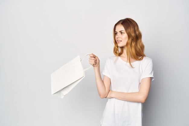 Frau mit weißem päckchen in der hand kauft in einem lifestyle-laden ein