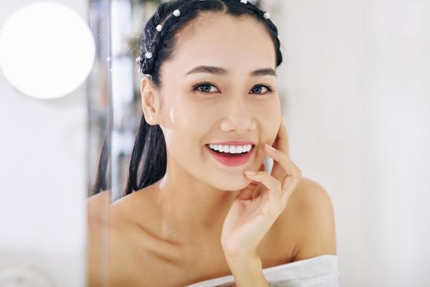Frau mit weißem zahnigem lächeln