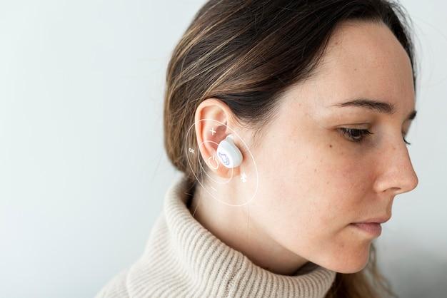 Frau mit weißen kabellosen ohrhörern