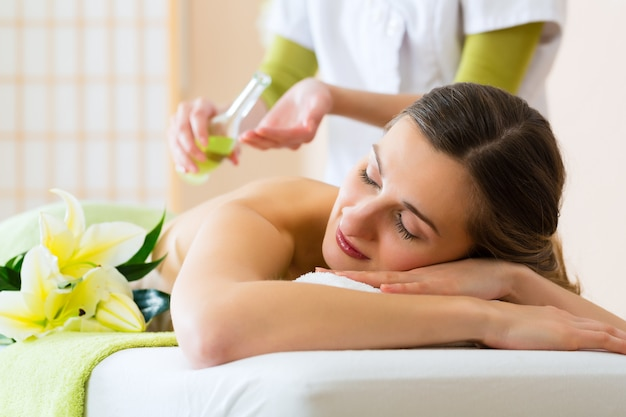 Frau mit wellness-rückenmassage im spa