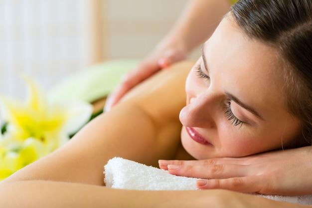 Frau mit wellness rückenmassage im spa