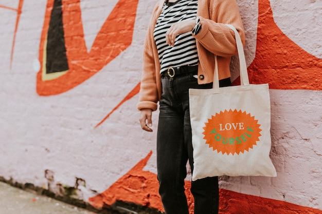 Frau mit wiederverwendbarer leinentragetasche