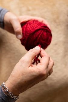 Frau mit wolle zum stricken