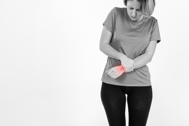 Frau mit wunden handgelenk