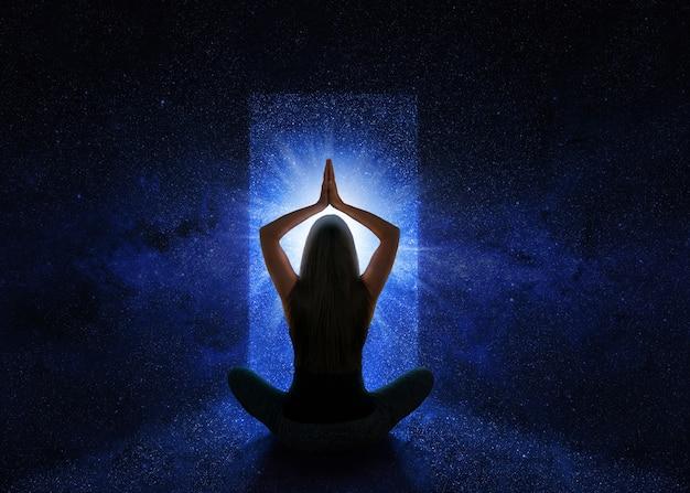 Frau mit yoga-pose vor dem universum