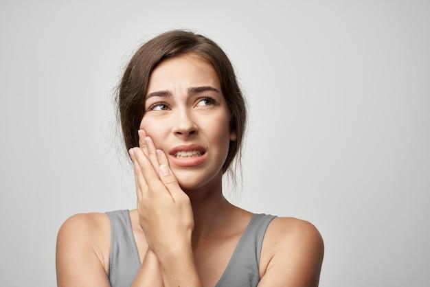 Frau mit zahnschmerzen zahnmedizin schmerzen gesundheitsprobleme