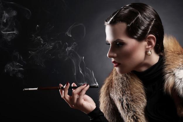 Frau mit zigarette im weinlesebild
