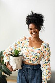 Frau mit zimmerpflanze in papiertüte