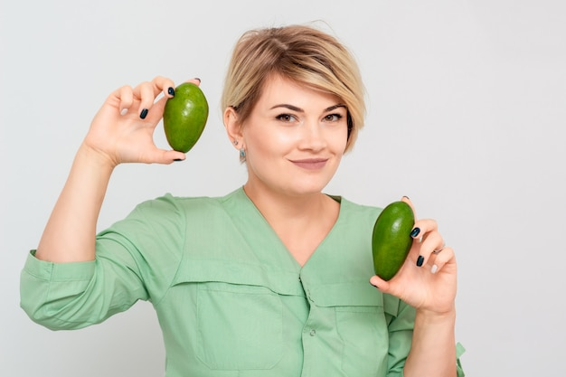 Frau mit zwei avocado