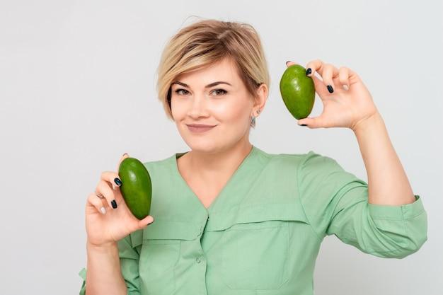 Frau mit zwei avocado.