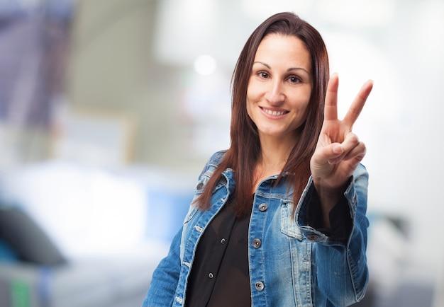 Frau mit zwei fingern angehoben