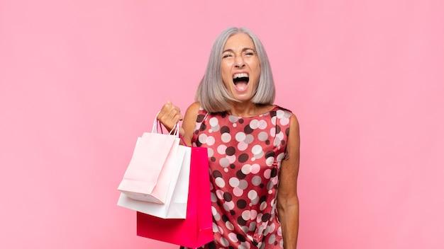 Frau mittleren alters, die aggressiv schreit
