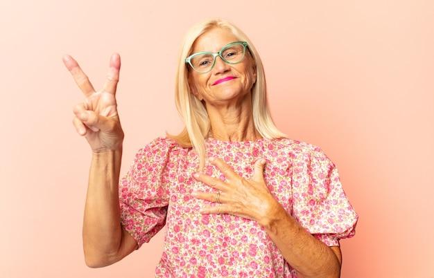 Frau mittleren alters, die am frühen morgen träge gähnt, aufwacht und schläfrig, müde und gelangweilt aussieht
