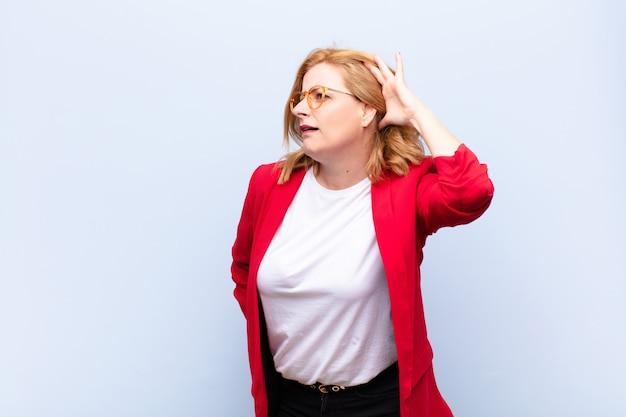 Frau mittleren alters, die ernst und neugierig aussieht, zuhört, versucht, ein geheimes gespräch oder klatsch zu hören, lauscht