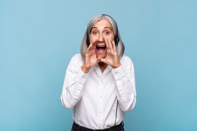Frau mittleren alters, die glücklich, aufgeregt und positiv isoliert fühlt
