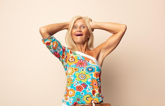 Frau mittleren alters, die glücklich, sorglos, freundlich und entspannt aussieht und das leben und den erfolg mit einer positiven einstellung genießt
