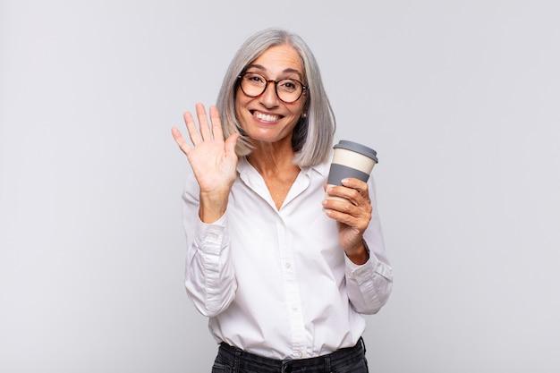 Frau mittleren alters, die glücklich und fröhlich isoliert lächelt