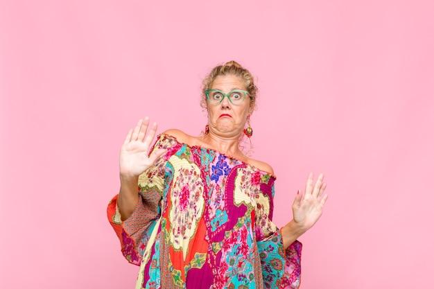 Frau mittleren alters, die nervös aussieht