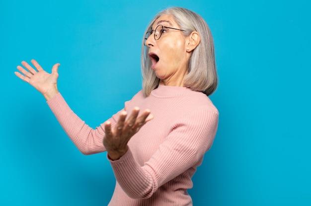 Frau mittleren alters, die oper durchführt