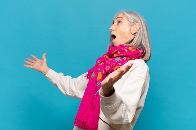 Frau mittleren alters, die oper spielt oder bei einem konzert oder einer show singt und sich romantisch, künstlerisch und leidenschaftlich fühlt