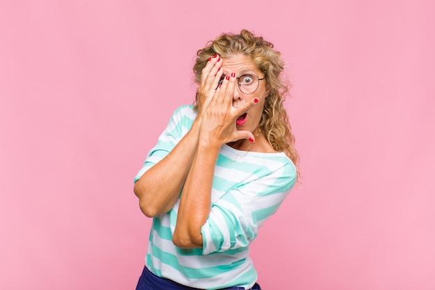 Frau mittleren alters, die sich ängstlich oder verlegen fühlt