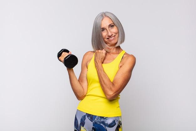 Frau mittleren alters, die sich glücklich, positiv und erfolgreich isoliert fühlt