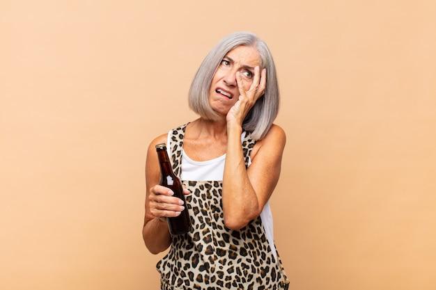 Frau mittleren alters, die sich nach einer lästigen, gelangweilten, frustrierten und schläfrigen frau fühlt