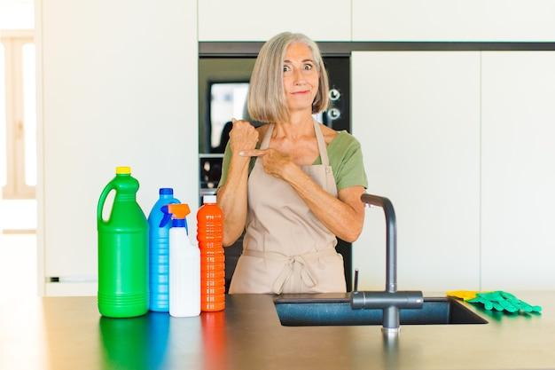 Frau mittleren alters, die ungeduldig und wütend aussieht, auf die uhr zeigt und um pünktlichkeit bittet, möchte pünktlich sein
