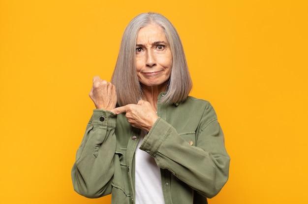 Frau mittleren alters, die ungeduldig und wütend aussieht