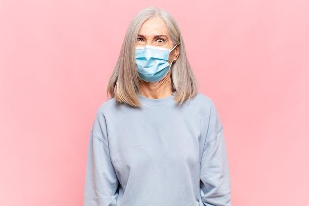 Frau mittleren alters, die verwirrt und verwirrt aussieht, sich mit einer nervösen geste auf die lippe beißt und die antwort auf das problem nicht kennt