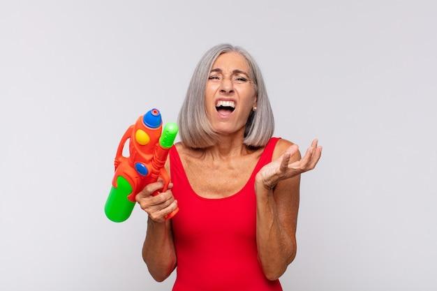 Frau mittleren alters, die verzweifelt und frustriert aussieht