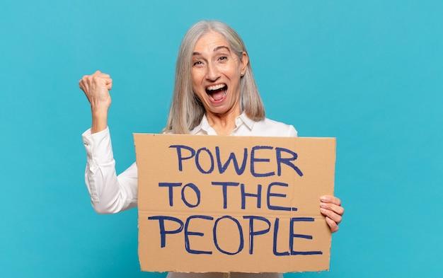 Frau mittleren alters, empowerment-konzept