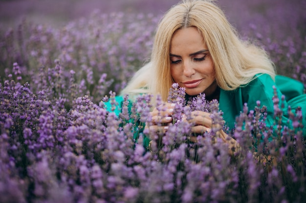 Frau mittleren alters in einem lavendelfeld