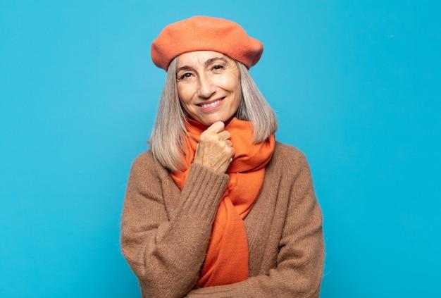 Frau mittleren alters lächelnd