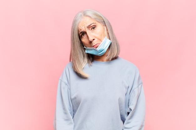 Frau mittleren alters mit einer schützenden gesichtsmaske
