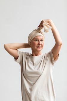 Frau mittleren alters mit hautkrebs