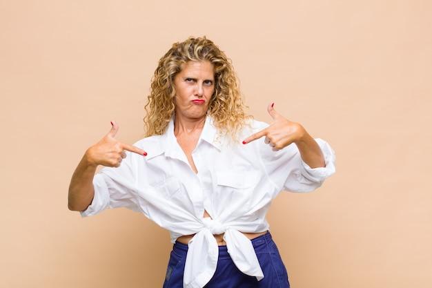 Frau mittleren alters mit langen lockigen haaren isoliert