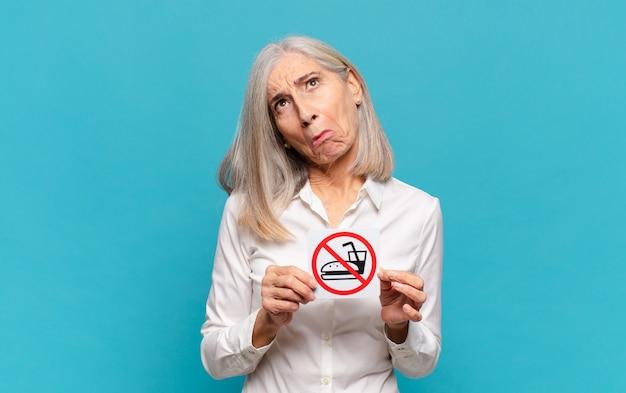Frau mittleren alters ohne essen und trinken zeichen