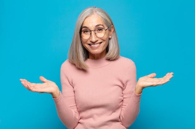 Frau mittleren alters, verwirrt und verwirrt, unsicher über die richtige antwort oder entscheidung, versucht, eine wahl zu treffen