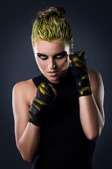 Frau mma kämpfer mit gelben haaren