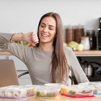 Frau müde von der arbeit und bereit zu essen