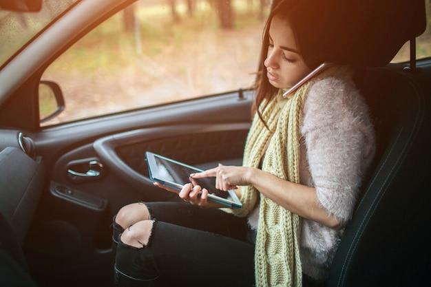 Frau multitasking beim sprechen am telefon und arbeiten an einem tablet pc. beschäftigte frau hat es eilig, sie hat keine zeit. geschäftliche weibliche person.
