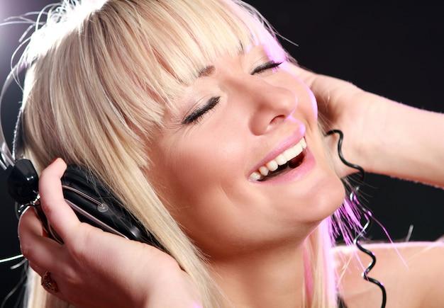 Frau musik hören