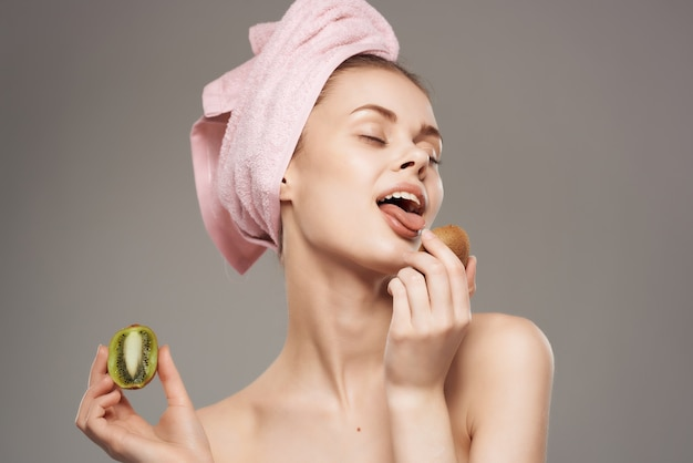 Frau nackte schultern kiwi vitamine hautpflege