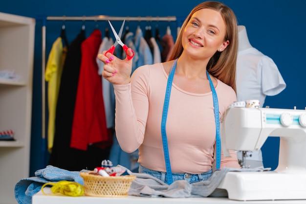 Frau näherin, die an textilfabrik nah arbeitet