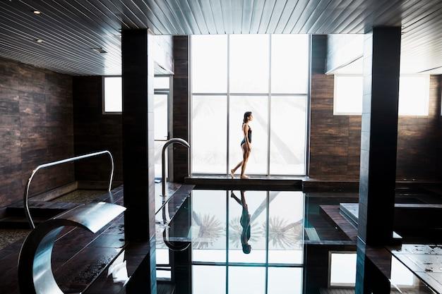 Frau nahe bei schwimmbad im badekurort